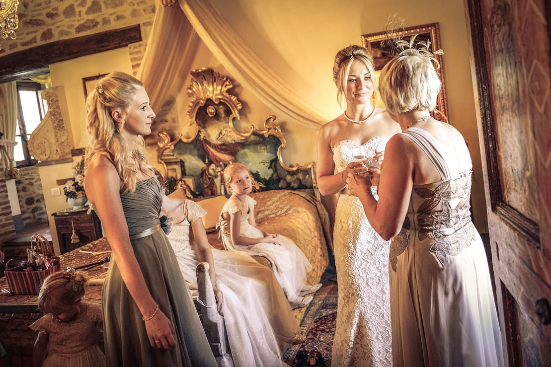 bride-and-mother-conversation-in-the-Weddings Italy -suite-at-villa-san-crispolto