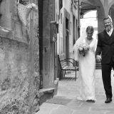 Romantic walk for bride and groom after a beautiful ceremony in Cortona. Elopement Italian Photographer.