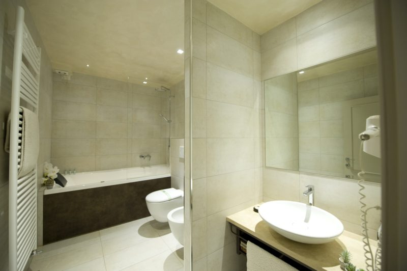 italian wedding villas. Elegant bathroom, with shower unit and Jacuzzi tub.