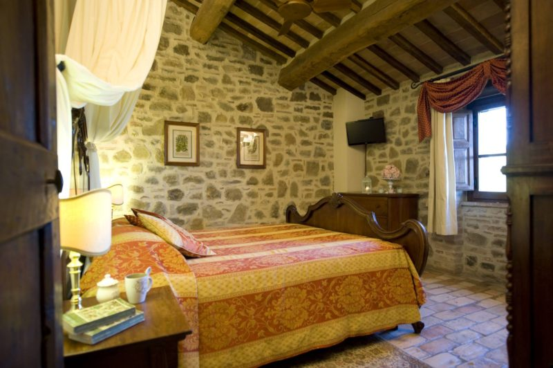 Flat TV screen and windows overlooking the lake in every bedroom.villa wedding Italy