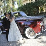 Bridal couple arrival in an antique luxury car. Elopement Italian Photographer.