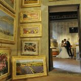 Intimate elopement photo tour for bride& groom in an art gallery shop in Cortona, Tuscany. Elopement Italian Photographer.